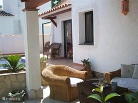 Heerlijke lounge gedeelte vanwaar u de kinderen in het zwembad kunt zien.  Loungeset under covered terrace by the pool.