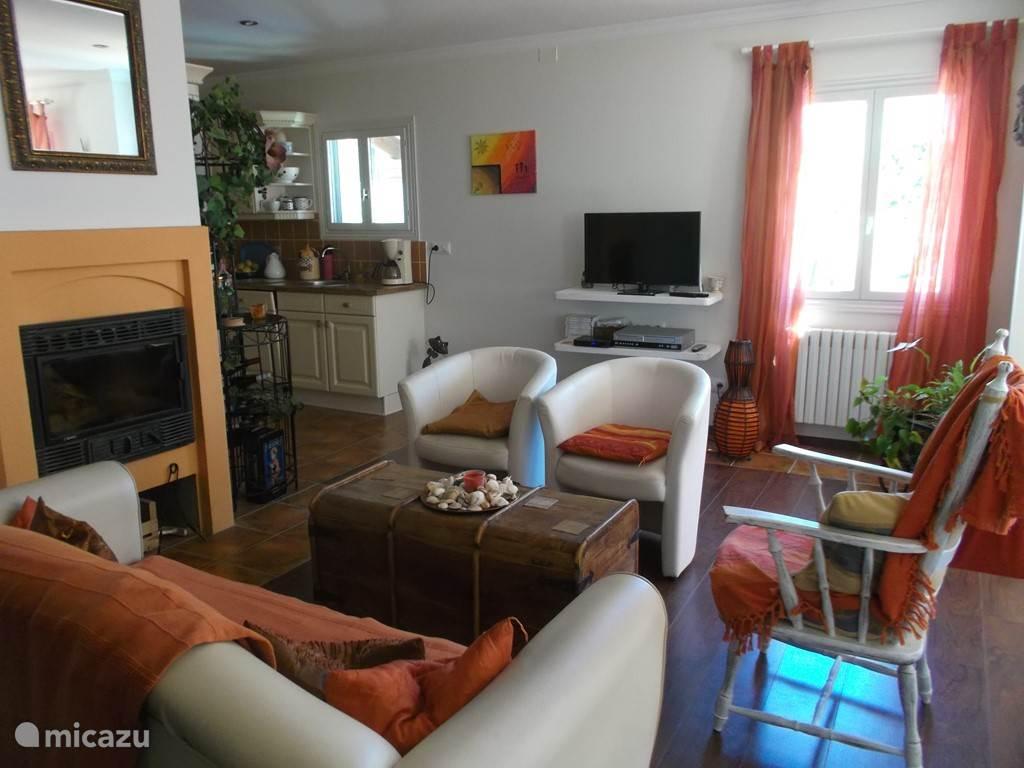 Ruime woon/eetkamer met schuifpui naar het terras.  Living/dining area with sliding door to the terrace.