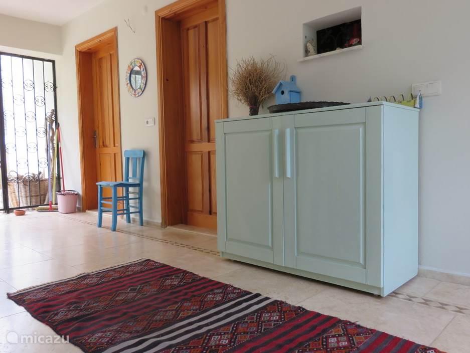 De open hal waar 2 slaapkamers op uitkomen, een extra toilet en een ruimte met de koelkast en de wasmachine.