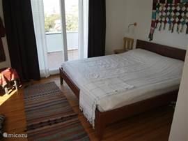 Het tweepersoonsbed op de bovenetage. Vanuit uw bed kan u Samos zien liggen.