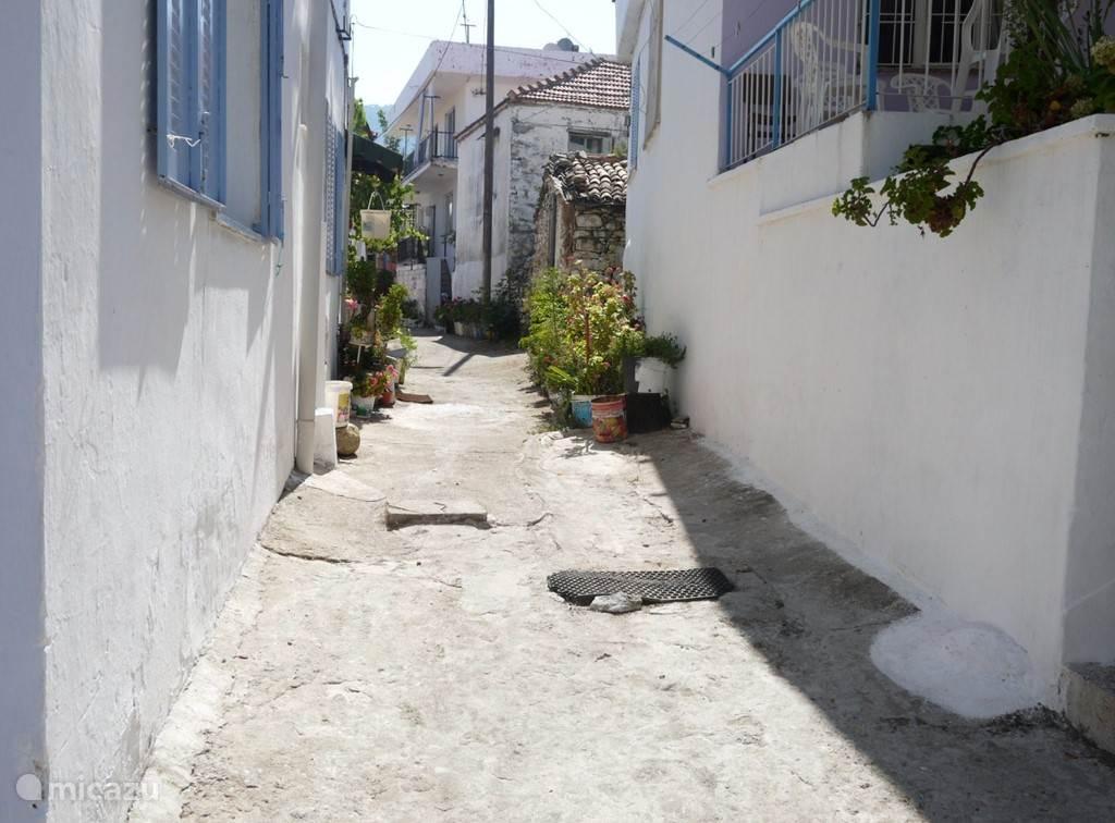 Straatje in het oude Guzelcamli. Zo moet het dorp eruit hebben gezien voor men in 1985 toestemming kreeg om te gaan bouwen. Auto,s waren er nauwelijks. Ieder huishouden had minstens een ezeltje.