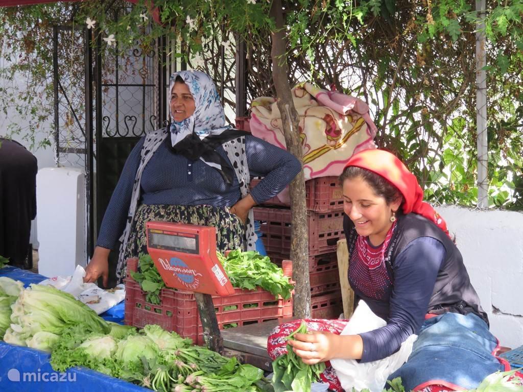 De markt op maandag. Uit de wijde omgeving komen de mensen naar de markt om hun waar te verkopen.