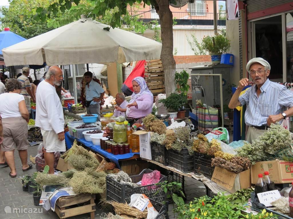 Een gezellige markt waar van alles te koop is