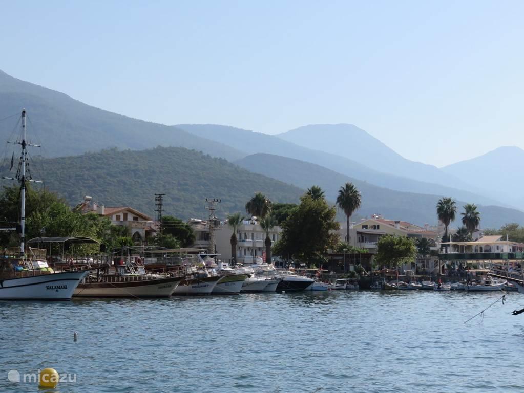 De haven van Guzelcamli Vanaf hier kunt u met een van de boten een tocht maken langs de kust. Er wordt regelmatig gestopt voor een frisse duik bij een van de vele strandjes in het Millipark. In de middag vaart u terug langs het Griekse eiland Samos.