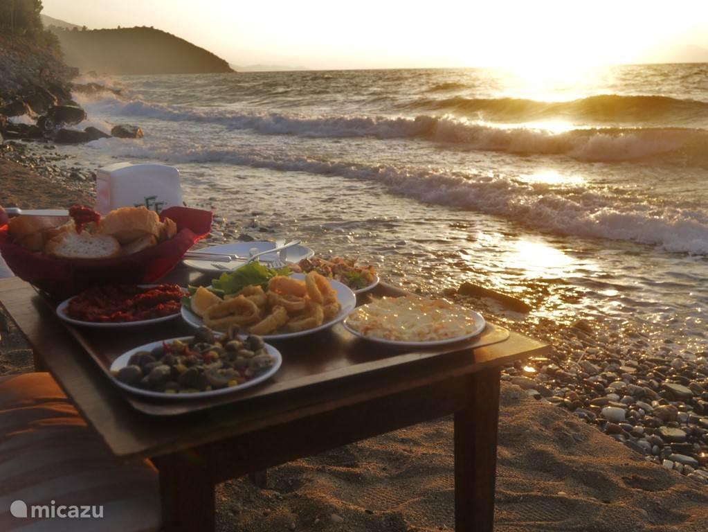 Het strandje aan het einde van het schapenpad. De heerlijkste gerechten worden ,naar wens, gewoon op het strand geserveerd bij het Kalenderrestaurant. .