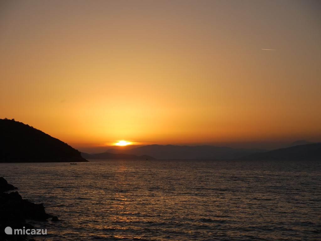 Zo kunt u , genietend van een lekkere maaltijd , de zon zien zakken achter Samos