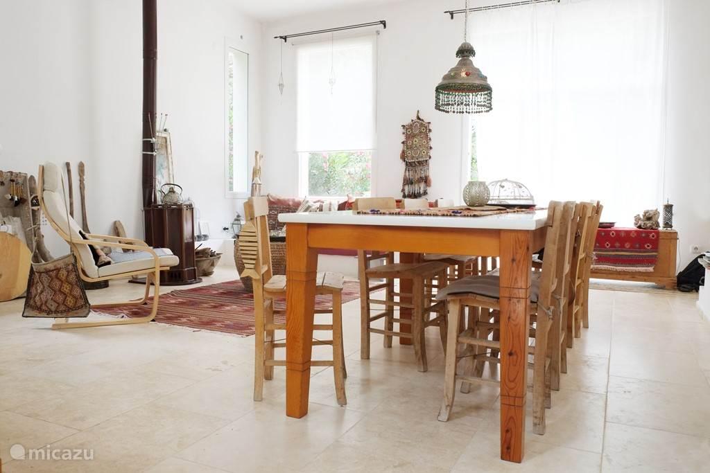 De gezellige woonkeuken van villa Selena. In de zomer een heerlijke koele ruimte.