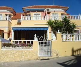 Casa Madeleine ligt in een rustige urbanisatie Bosque de Las Lomas met aan de voorzijde van het huis een terras en betegelde tuin.
