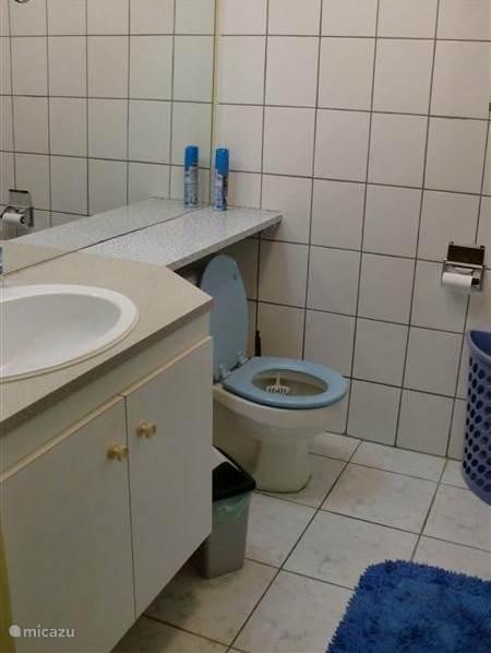 Tussen de slaapkamer en de badkamer is vouwdeur die goed afsluit. Er is voldoende ruimte voor al uw toiletartikelen. De douche wordt verwarmd door een boiler en heeft een douchekop die voldoende water geeft om lekker te douchen.
