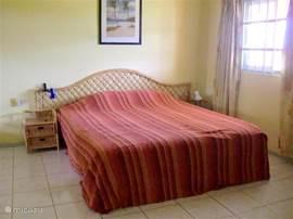 De slaapkamer heeft naast dit ruime bed ook een grote ingebouwde kledingkast met voldoende ruimte voor uw vakantiekleding. In de grote spiegelschuifdeuren kunt u zichzelf bewonderen. De splitunit airco maakt het lekker koel.