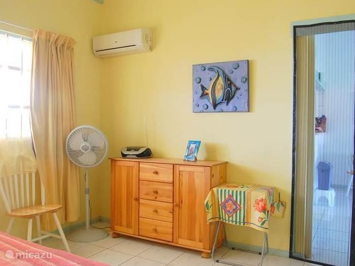 In de slaapkamer is veel kastruimte. Tussen de kamer en de slaapkamer is een hordeur, zodat de slaapkamer mug-vrij  kan blijven.
