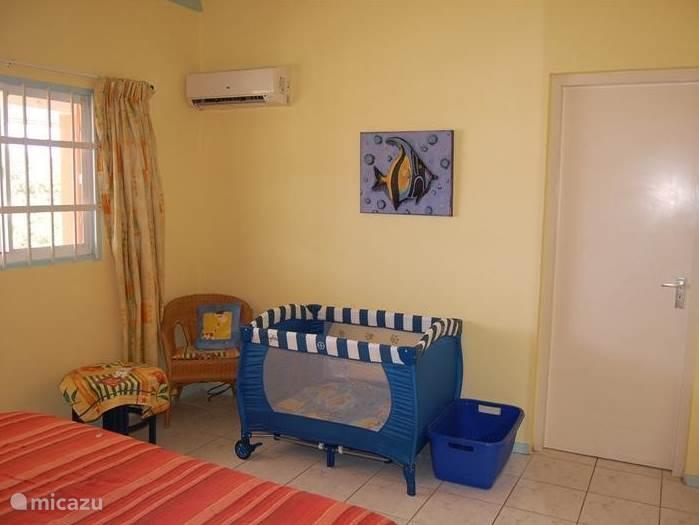De slaapkamer heeft voldoende ruimte voor een kinderbedje, of een éénpersoonsbed.