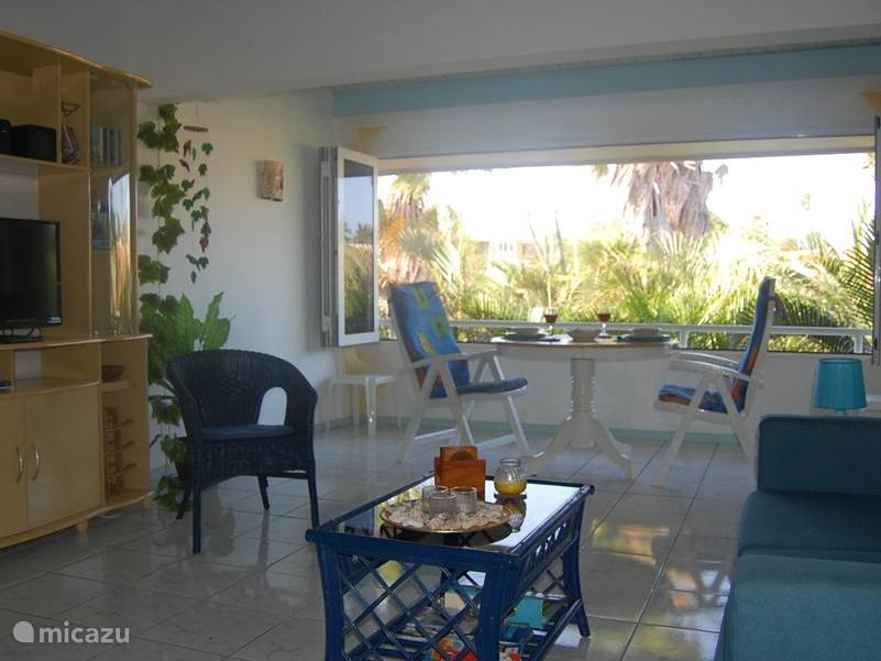 Met de vouwramen open is het heerlijk vertoeven op het balkon gedeelte. Lekker op de wind en een mooi uitzicht over de palmentuin.
