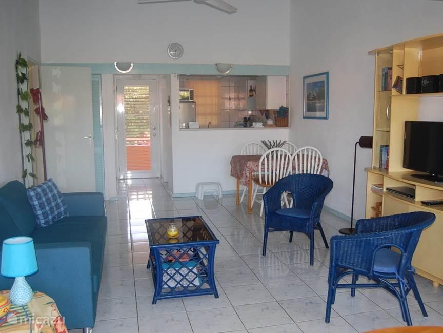 Ruime kamer met open keuken. Flatscreen t.v. met o.a. NPO 1,2 en 3. Radio met cd speler, MP3 en usb ingang.