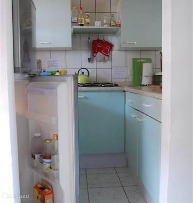 Een kijkje in de keuken. Grote koelkast met vriesgedeelte.