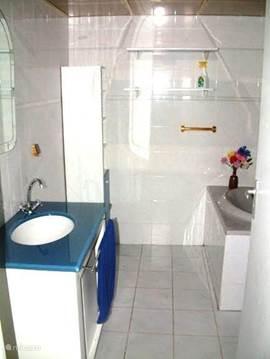 Badkamer met wastafel
