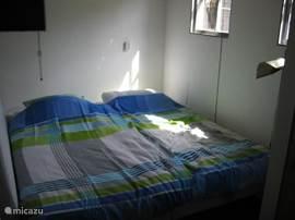 Gastenverblijf slaapkamer met 2 boxspring bedden. Alleen beschikbaar in de zomer of na nader overleg