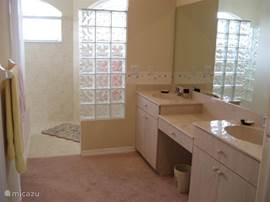 Badkamer met zeer ruime inloopdouche, aankleedgedeelte en apart toilet behorend bij de masterbedroom.