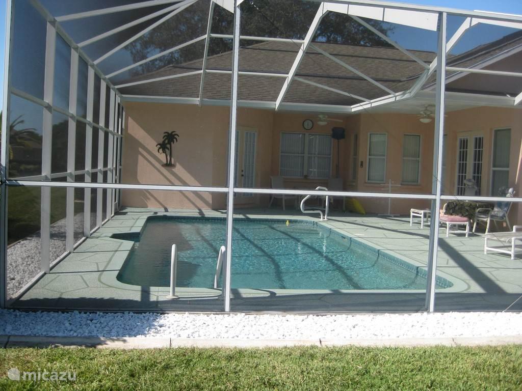zwembad met ruim terras