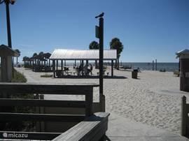 Pine Island is slechts 20 min. rijden en een leuk strand om te vertoeven, met kleedhokjes en douches. Ook is er een kiosk voor eten en drinken.