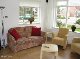 Ruime zonnige woonkamer, lekker tv kijken of uitrusten na een dagje uit in Noord-Holland.