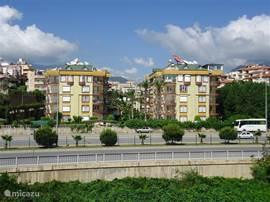 Het Oba Saray 2 Complex vanaf de strand-zijde