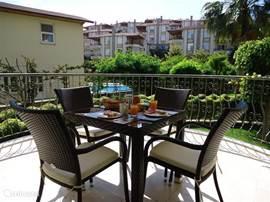 Heerlijk ontbijten op het balkon