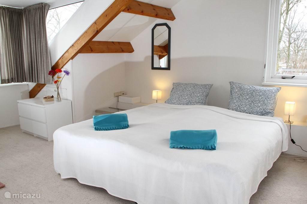 Luxe vintage slaapkamer op de 1e verdieping met een sfeervolle inrichting en aircondition