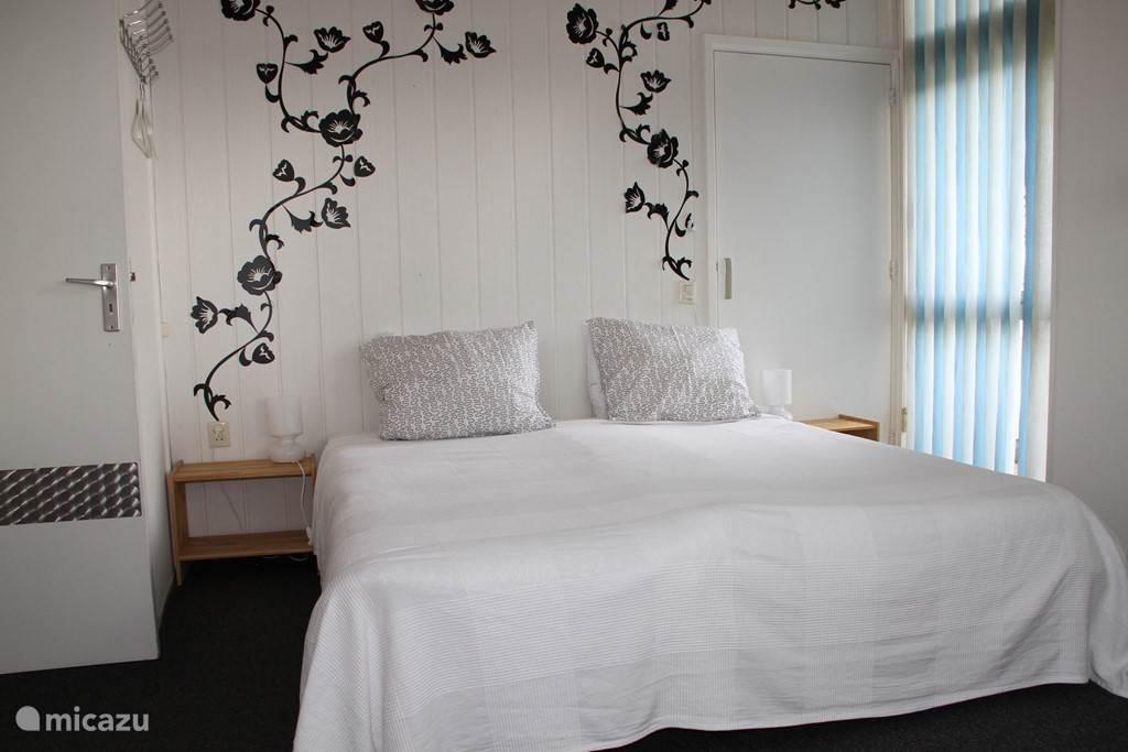 De bloemen-slaapkamer licht en gezellig met zicht op het Veerse Meer