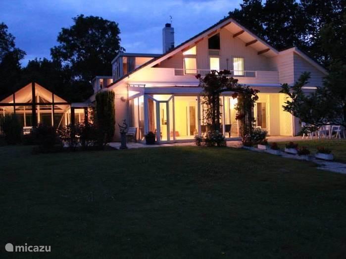 De luxe droom-villa in de schemering, zo zien de gezellige avonden er uit.