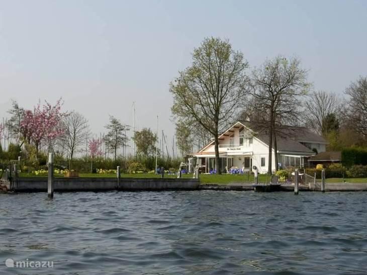 De tuin direct aan het zo mooie Veese Meer met de eigen aanlegsteigers en walkant waar je ongestoord met je eigen jacht kan afmeren, diepgang 1.50 meter.