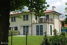 Dahlia 3 beschikt over een groot balkon/terras en heeft uizicht over het park, meer en bergen. Zon van 10.00-19.00 uur