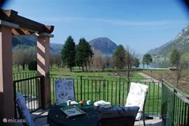 Ortensia 8 heeft een schitterend uitzicht over het meer. Is een rustig gelegen studio appartement met ruim balkon/terras van 16 m2. Het heeft een 2 persoons slaapkamer en een  woonkamer met ruime 2 persoons slaapbank en TV met sateliet ontvangst. Verder is er een eenvoudige keuken en mooie badkamer