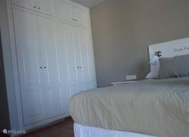De ruime kastenwand in de master bedroom met 2 aparte kledingkasten