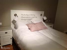 Middelste slaapkamer met 2 1 persoons bedden. Voor de foto en de tekst op het hoofdboard staan de bedden als 2 persoons opstelling