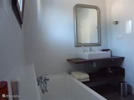 Wastafel met barok spiegel in de master bathroom