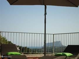 Uitzicht vanaf het zwembad naar de Penon in Calpe
