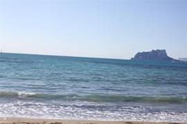Het strand van El Portet met uitzicht over de Penon de Ifach bij Calpe