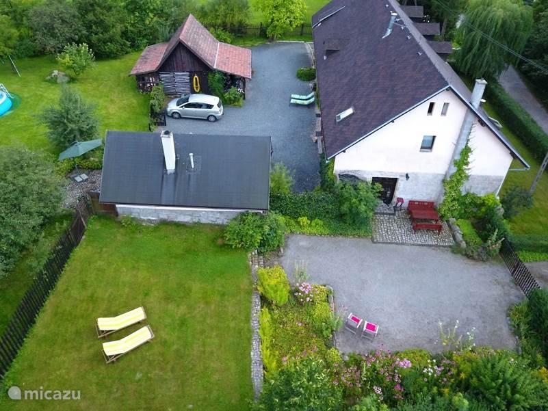 Woning 2 heeft een eigen ingang, eigen terras, eigen tuin en toegang tot de gemeenschappelijke speelweide.