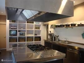 Mooie huiselijke keuken, voorzien van professionele apparatuur.