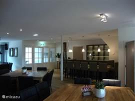 Gezellige living met mooie bar en tv-hoek. Tevens is het mogelijk om binnen gebruik te maken van de indoor barbecue.