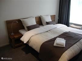 Iedere slaapkamer (17 stuks) beschikt over 2 één persoons bedden en eigen sanitair.