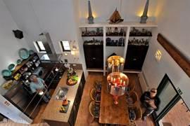 overzicht woonkeuken, voorzien van alle denkbare apparatuur en heeft ook een buiten keuken
