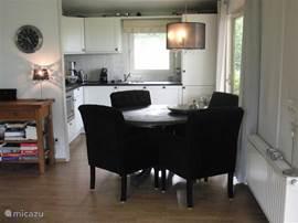 Compleet ingerichte keuken. Eethoek met comfortabele stoelen.Tafel kan groter worden gemaakt tot 6 persoons.