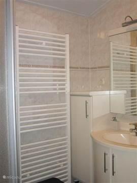 Nette badkamer met radiator.