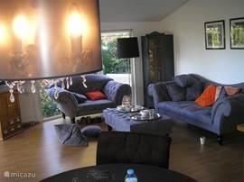 De woonkamer bij het invallen van de schemering.
