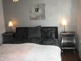 Tweepersoons slaapkamer met eigentijdse inrichting en prima matrassen.
