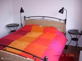 De slaapkamer beneden is heerlijk comfortabel. Zo van bad het bed in geen trappen lopen nodig.