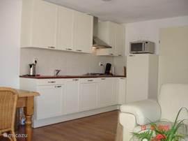De keuken is van alle gemakken voorzien en voldoende groot om op te kokkerellen van 6 mensen.