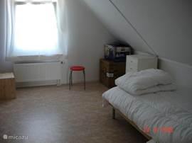 De ruime slaapkamers boven bieden ruim plaats aan de twee beden. En er is nog genoeg ruimte over!